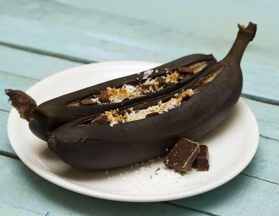 Бананы с шоколадом в духовке