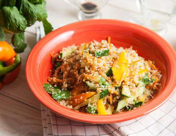 Теплый салат с киноа и овощами