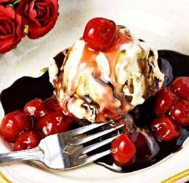 Вишни в сиропе с мороженым
