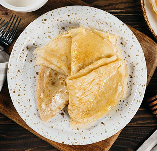 Тонкие заварные блины на кипятке с медом и сметаной