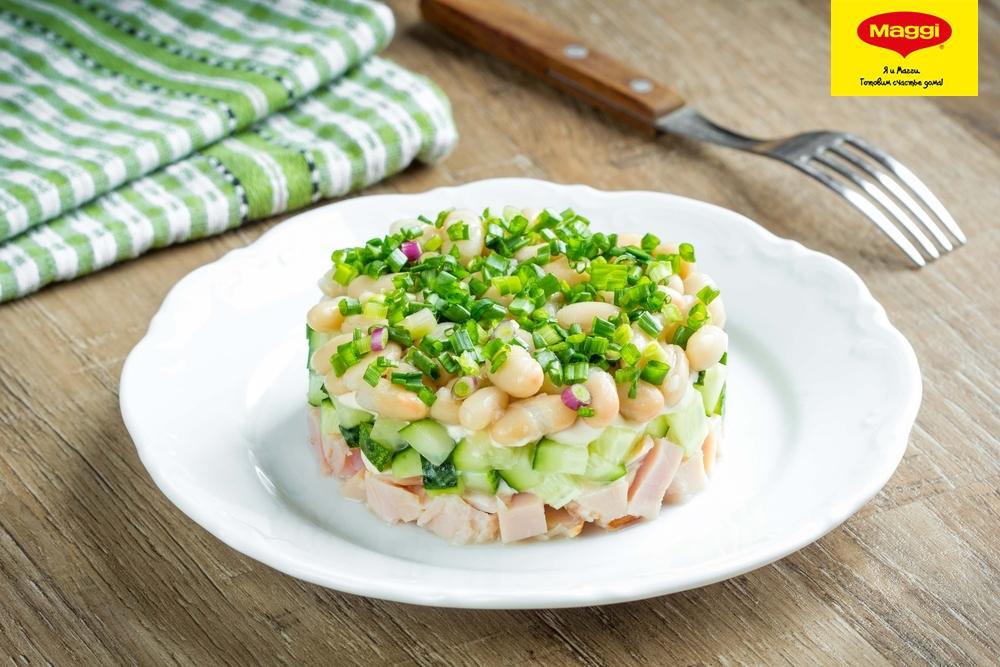 Салат из консервированной фасоли колбасы огурцов